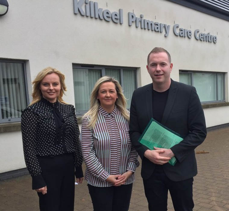 Chris Hazzard MP, Sinead Ennis MLA & Cllr Oksana McMahon at Kilkeel Health Centre to meet with Daisy Hill Pathfinder Project team
