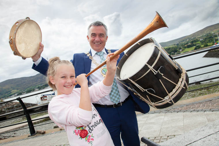 This giant will take some waking, especially after dozing for a year! -Jasmine Kelly and Newry, Mourne and Down Chairman, Mark Murnin have gathered together some musical instruments to hopefully wake even the sleepiest of giants.