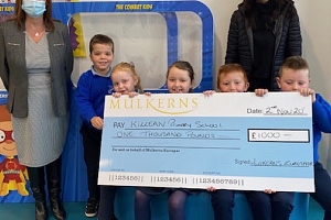 Kelly McKeown presents the 1st Prize of £1000 to Louise Campbell Principal of Killean PS & some of the P3 Class.